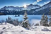 Winter am Eibsee unterhalb der Zugspitze, Bayern, Deutschland