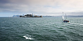 Segelboot vor Gefängnisinsel Alcatraz in der Bucht von San Francisco, USA\n