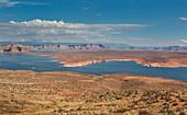 Blick auf Lake Powell bei Page am Tag, Arizona, USA