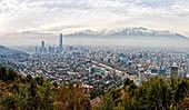 Blick auf Santiago vom San Cristobal Hügel aus (Cerro San Cristobal), Santaigo, Chile, Südamerika