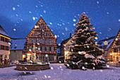 Rathaus und Fachwerkhaus, Marktplatz, Dornstetten, Schwarzwald, Baden-Württemberg, Deutschland, Europa