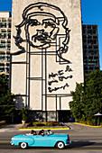 Blaues Cabrio-Oldtimer und Che Guevara-Skulptur, Revolutionsplatz, Havanna, Kuba, Westindische Inseln, Karibik, Mittelamerika