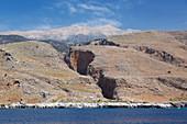 Blick vom Meer auf die Aradena-Schlucht und auf den entfernten Gipfel des Lefka Ori, Loutro, Hania (Chania), Kreta, griechische Inseln, Griechenland, Europa
