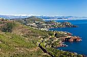 Frankreich, Var, Saint Raphael, Corniche de l'Esterel, Massiv de l'Esterel, Theoule sur Mer, Golf von Napoule, Cannes und schneebedeckte Berge von Mercantour im Hintergrund