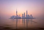 Skyline von Pudong über Huangpu River, einschließlich Oriental Pearl Tower, Shanghai World Financial Center und Shanghai Tower, Shanghai, China, Asien