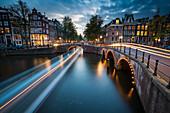 Langzeitbelichtung von Amsterdams südlichen Kanalringen an der Kreuzung von Leidsegracht und Keizersgracht, Amsterdam, Niederlande, Europa