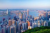 Stadtskyline und Victoria Harbour von Victoria Peak, Hongkong, China, Asien