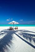 Liegestühle und tropischer Strand, Malediven, Indischer Ozean, Asien