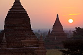 Sunrise over the Bagan temples dating from the 11th and 13th centuries, Bagan (Pagan), Central Myanmar, Myanmar (Burma), Asia
