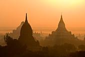 Tempel und Pagoden bei Sonnenaufgang, Bagan (Pagan), Myanmar (Burma), Asien