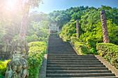 Von Steinsäulen und Qi Ling Löwen flankierte Stufen führen zu einem Steintor führen, Zhejiang, China, Asien