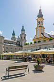 Blick auf die St. Michaelskirche und den Salzburger Dom am Residenzplatz, Salzburg, Österreich, Europa