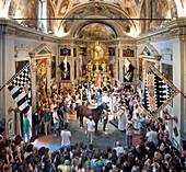 Zeremonie der Pferdesegnung in der Kirche vor dem Rennen, Siena Palio, Siena, Toskana, Italien, Europa