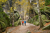 Man and woman hiking in the Elbe Sandstone Mountains, Pfaffenstein, Elbe Sandstone Mountains, Saxon Switzerland National Park, Saxon Switzerland, Saxony, Germany