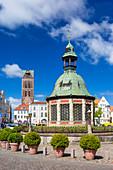 Marktplatz im Zentrum von Wismar, 'Wasserkunst', historisches Bauwerk, Wismar, Mecklenburg-Vorpommern, Deutschland