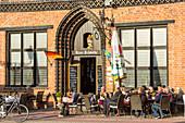 Marktplatz im Zentrum von Wismar, Bügerhaus, genannt Alter Schwede, Restaurant, Wismar, Mecklenburg-Vorpommern, Deutschland