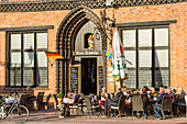 Marktplatz (market place square) in the centrum of Wismar, brick gothic Bürgerhaus (patrician's home) called the Alter Schwede (The Old Swede), erected around 1380, restaurant. Wismar stadt, Mecklenburg–Vorpommern, Germany.