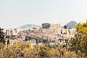 Akropolis, rechts der Berg Lykabettus, Athen, Griechenland