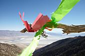 Improvisierte Windfahne vor blauem Himmel vor den White Mountains, Walts Point bei Lone Pine, Kalifornien, USA