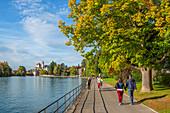 Uferpromenade an der Aaare mit Schloß Thun, Thuner See, Thun, Kanton Bern, Schweiz
