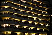 Nachts beleuchtete Balkone und Terrassen des Luxushotels Shangri-La in Singapore
