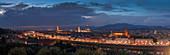 Panorama Skyline von Florenz mit Basilica und Kathedrale Santa Maria del Fiore bei Nacht, Toskana Italien\n