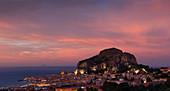 Stadt Cefalu mit Rocca di Cefalù bei Sonnenuntergang, Sizilien, Italien