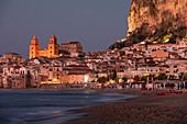 Skyline der Stadt Cefalu mit Strand bei Nacht, Sizilien, Italien