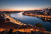 Porto mit Fluss Douro im Sonnenuntergang, Portugal\n