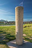 Römische Gedenksäule an Brücke Ponte de Lima mit Kirche am Tag, Portugal