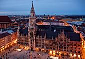 Rathaus und Marienplatz der Stadt München von oben am Abend\n