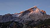 Ausblick vom Kreuzeck auf die Alpspitze bei Garmisch-Partenkirchen im Herbst bei Sonnenaufgang, Bayern\n