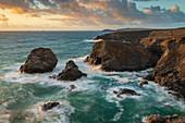 Dramatische Küstenlandschaft nahe Trevose Head in Nord-Cornwall, England, Vereinigtes Königreich, Europa