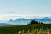 Panorama mit Hegauvulkanen und Alpen, bei Engen, Hegau, Bodensee, Baden-Württemberg, Deutschland