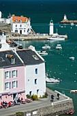 Frankreich, Morbihan, Sauzon, der Hafen mit Terrasse und Leuchtturm im Hintergrund