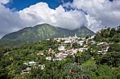 Frankreich, Martinique, Le Morne-Vert, Dorf auf einem Kamm 400m über dem Meeresspiegel, Pitons du Carbet im Hintergrund