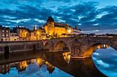 Frankreich, Mayenne, Laval, die Ufer des Flusses Mayenne, die mittelalterliche alte Burg und die alte Brücke