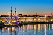 Frankreich, Gironde, Gebiet als Weltkulturerbe der UNESCO, die Ufer der Garonne mit Hermine-Segelboot und die Gebäude des Börsenplatzes