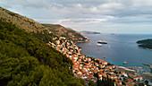 Blick auf die Altstadt mit Küste, Dubrovnik, Kroatien
