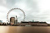 Blick auf das London Eye und County Hall, London, Großbritannien