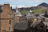 Blick vom Castle über die Dächer der Altstadt auf den Aussichtsberg Arthur's seat, Edinburgh