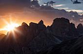 Berg Silhouette an den Drei Zinnen bei Sonnenuntergang, Südtirol