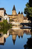 Die Ufer der Bourbince mit der Sacre Coeur Basilica, die sich im Wasser spiegelt, Paray-Le-Monial, Frankreich