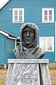 BUST OF ROALD AMUNDSEN (1872-1928), NORWEGIAN EXPLORER OF POLAR REGIONS, VILLAGE OF NY ALESUND, THE NORTHERNMOST COMMUNITY IN THE WORLD (78 56N), SPITZBERG, SVALBARD, ARCTIC OCEAN, NORWAY