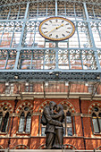 Der Ort der Begegnung, Bronzestatue des Künstlers Paul Day am St Pancras Bahnhof, London, Grossbritannien, Europa
