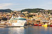 Hafen von Genua im Morgenlicht, Italien