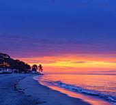 Strand bei Ghisonaccia bei Sonnenaufgang, Korsika, Frankreich