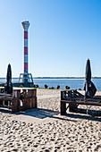 Leeres Strandrestaurant am Leuchtturm an der Elbe, Blankenese, Hamburg, Deutschland