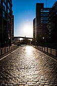 Die leere Große Elbstraße am Fischmarkt nach dem Sonnenaufgang, Altona-Altstadt, Hamburg, Deutschland