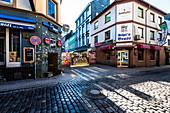 Kneipen im Rotlichtviertel mit dem Zugang zur berühmten Herbertsraße in den frühen Morgenstunden, St. Pauli, Hamburg, Deutschland